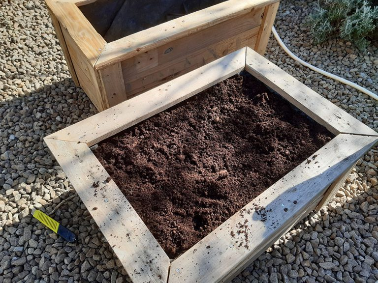 pallet-wood-planter with plants